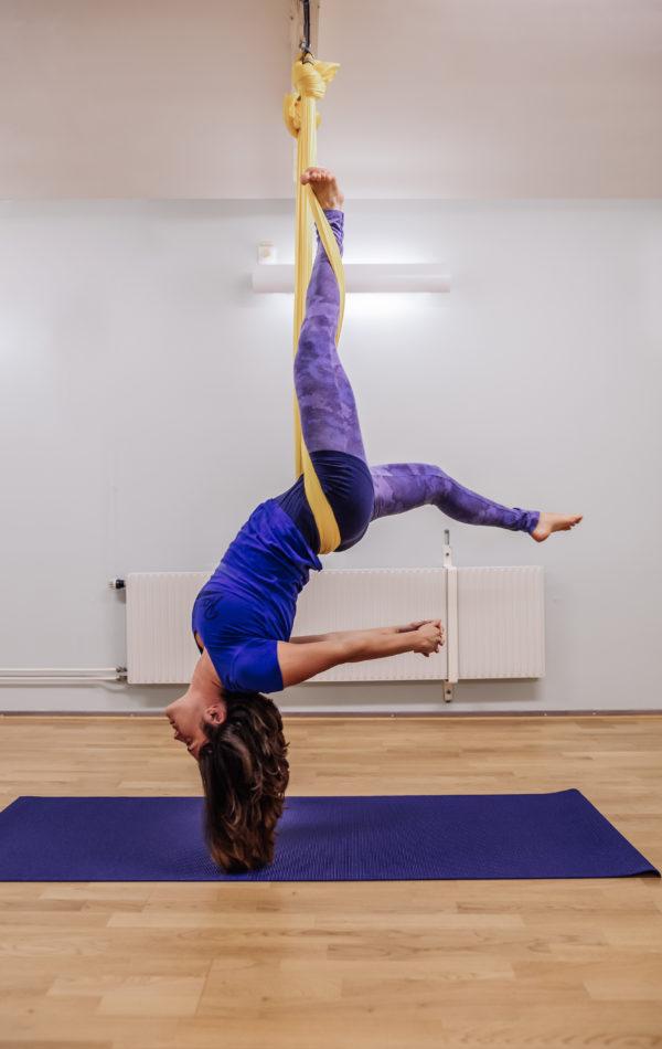 Aerial yoga för bättre rörlighet i ryggen
