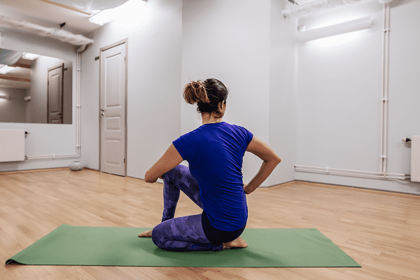detox yoga position sittande twist